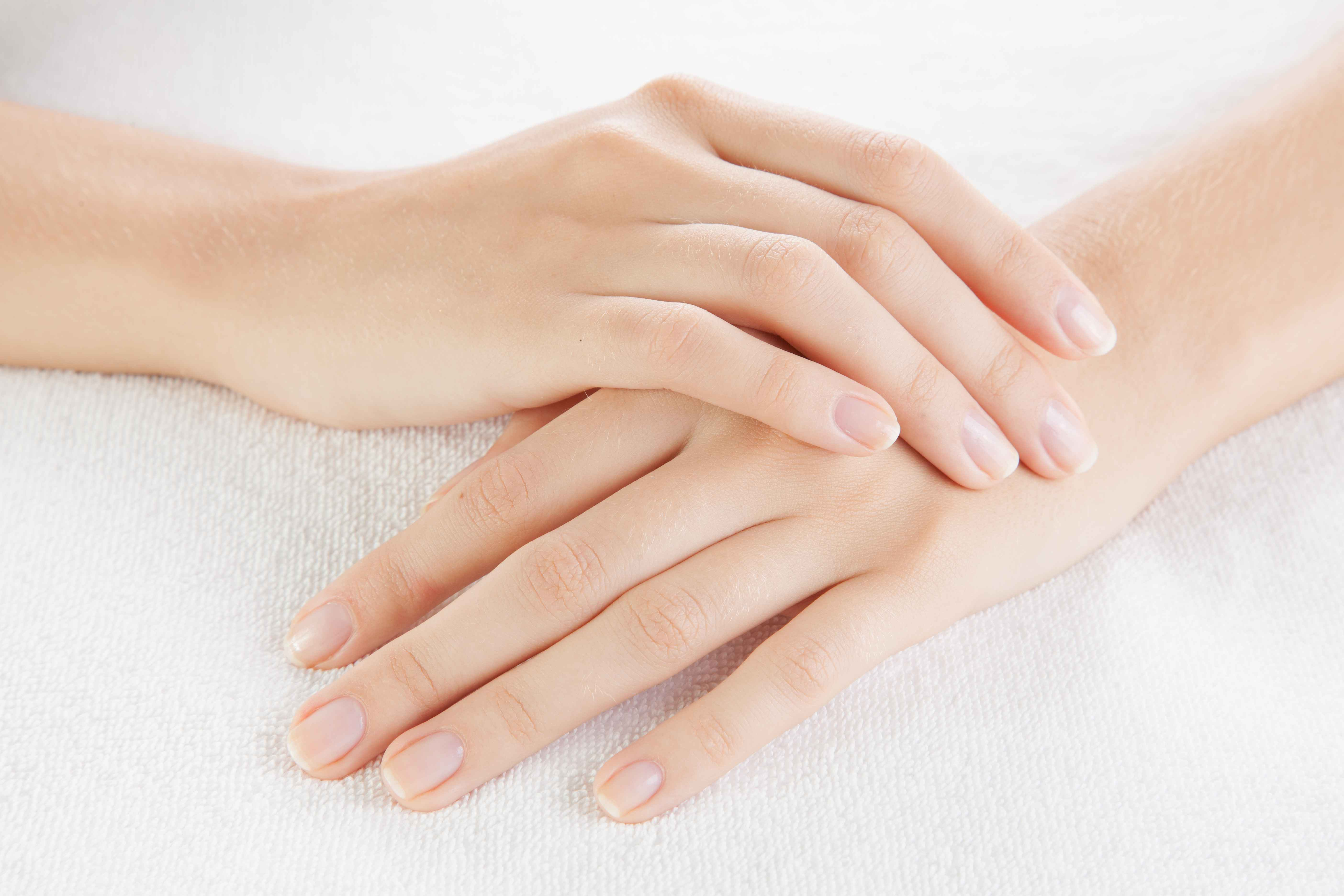 What Are the Causes of Brittle Fingernails That Crack & Split ...