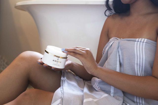 girl using body lotion