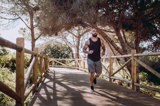 man running outdoors wearing his gym clothes