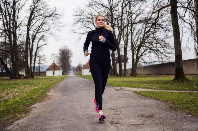 middle gaed woman running in the park